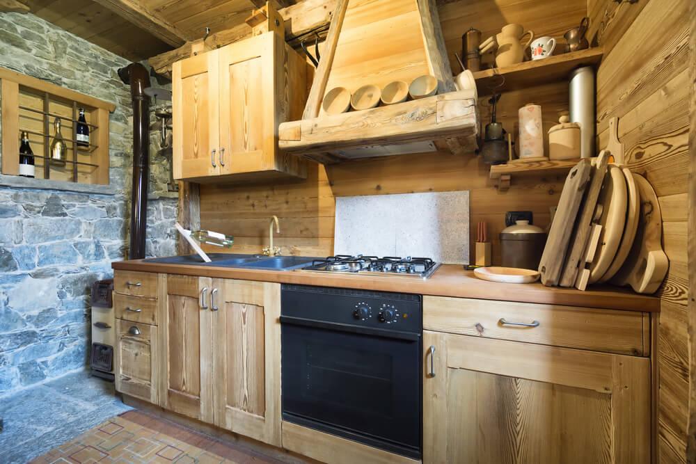 Landelijke schouw in houten keuken