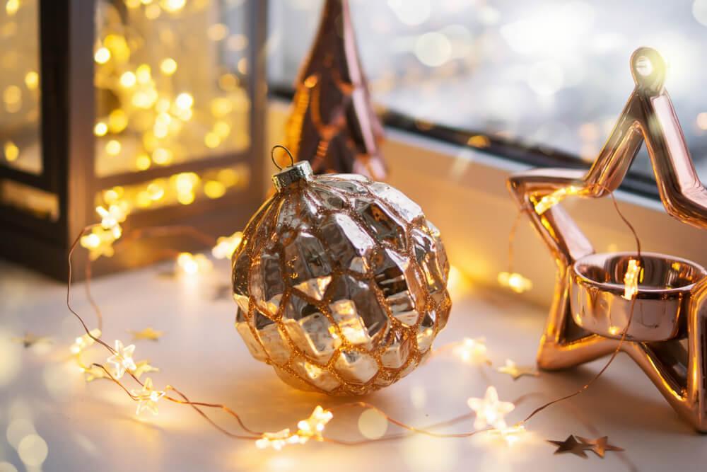 Kerstdecoraties als vensterbank decoratie