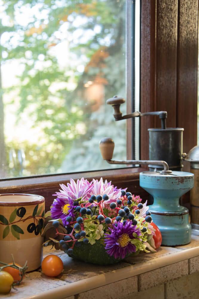 Antieke koffiemolens in vensterbank