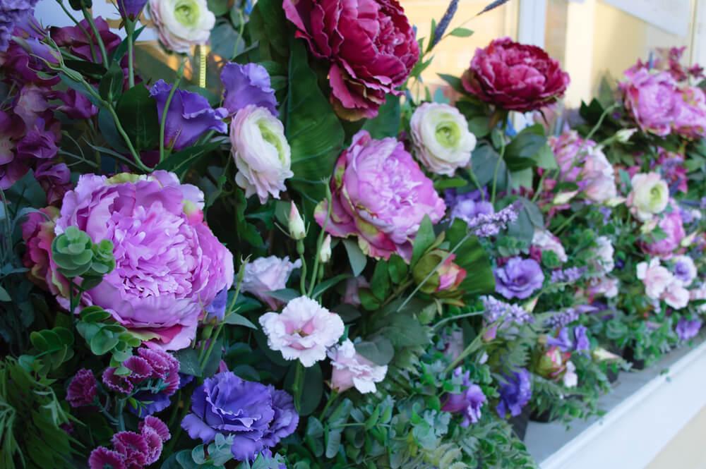 Volle bloeiende bloemen in de vensterbank
