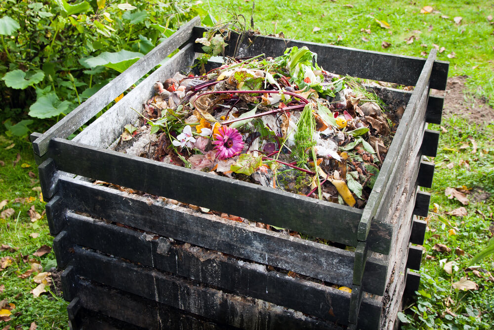Compost in houten compostbak