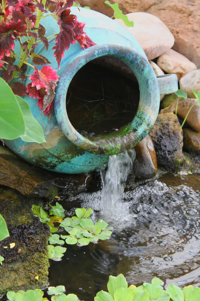 Klein waterornament met vaas