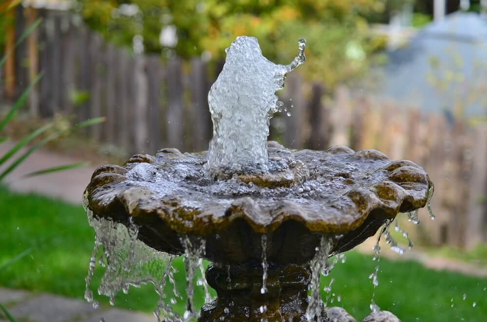 Kleine waterfontein in tuin