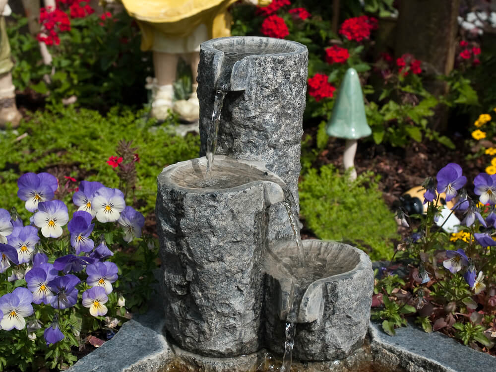 Stenen waterornament in de tuin