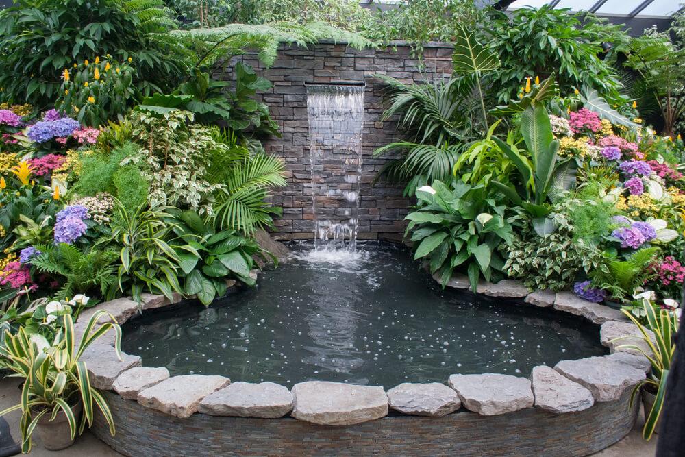 Moderne waterval bij vijver