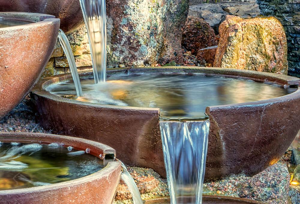 Stenen schalen met water