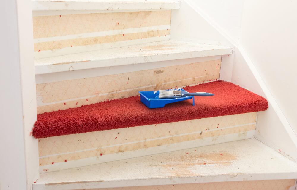 Vloerbedekking op de trap losmaken