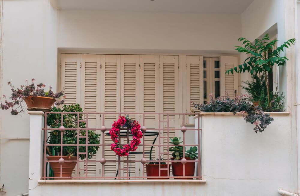 Open balkon met planten