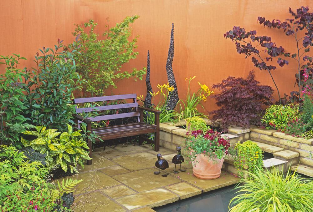 Klein tuintje met zithoek