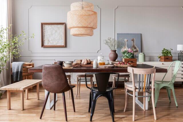 Plaatjes kijken: een speels interieur met verschillende eetkamerstoelen