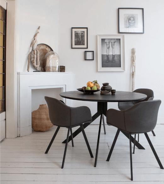 Donkere ronde eetkamertafel met een minimalistische look