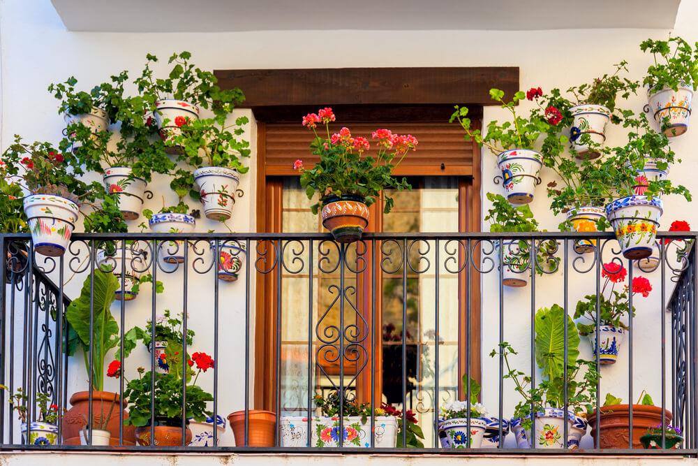 Vintage balkon met vrolijke potten