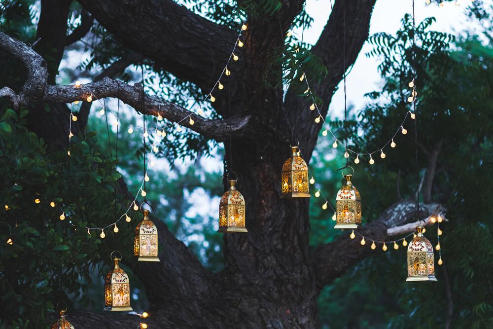 Mooi in een romantische tuin: lichtslingers tussen de bomen
