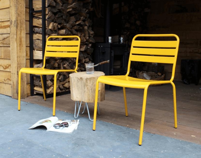 Eenvoudige stapelstoelen balkon