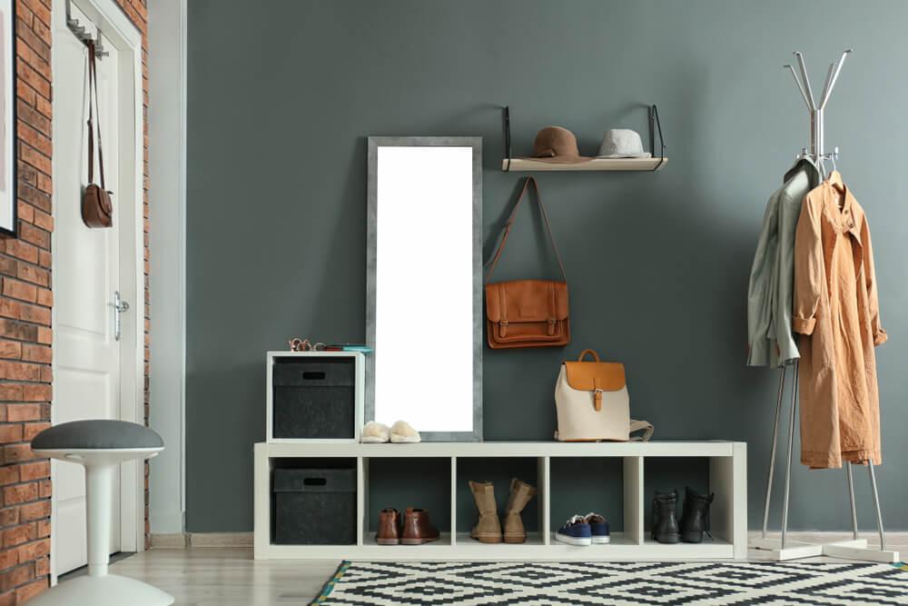 Een minimalistische open kast in de hal