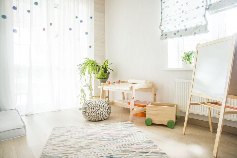 Een rustgevende look in de kinderkamer met lichtkleurig hout