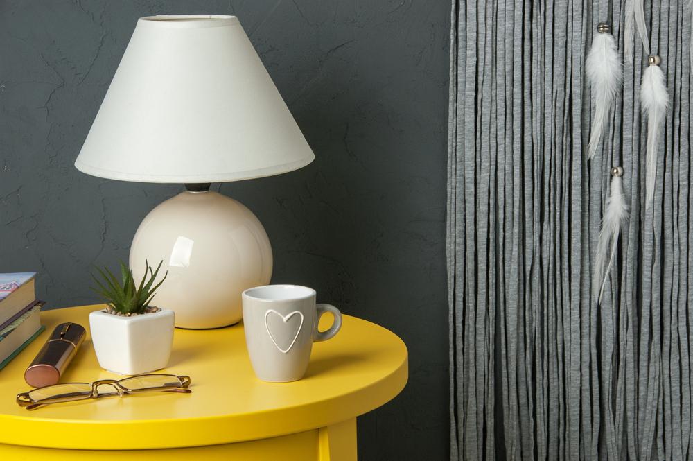 Gele meubels in een gele slaapkamer