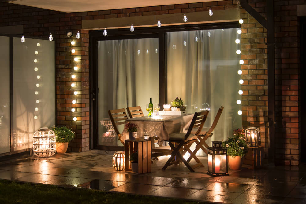 Prachtige voorbeelden van lichtslingers in de tuin