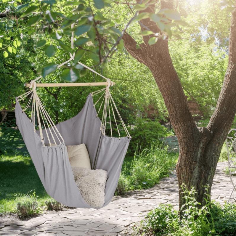 Grijze hangstoel voor in de tuin