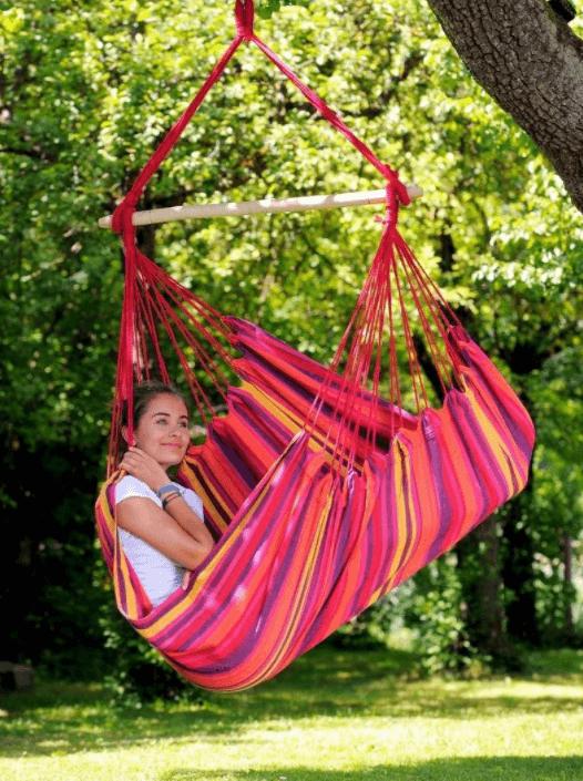 Kleurrijke hangstoel in de tuin