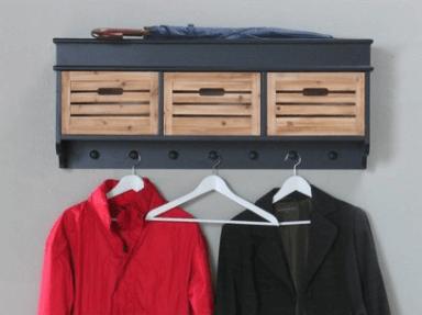 Kapstok met houten kistjes als opbergruimte