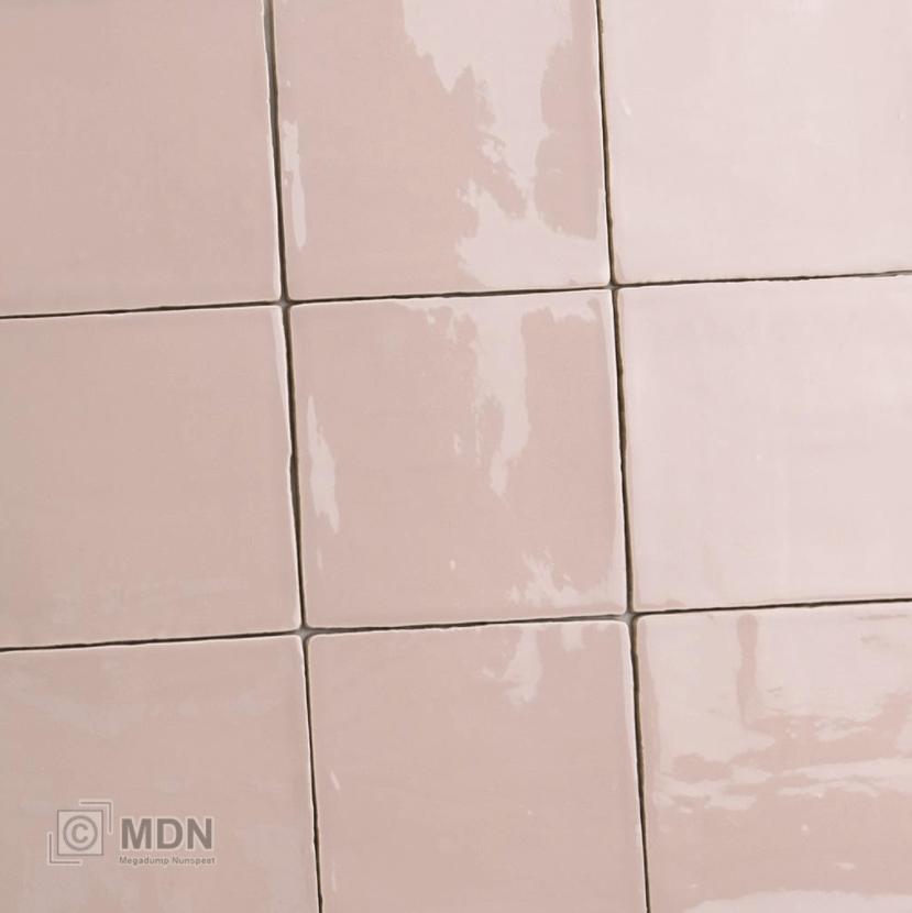 Roze tegels voor de badkamer