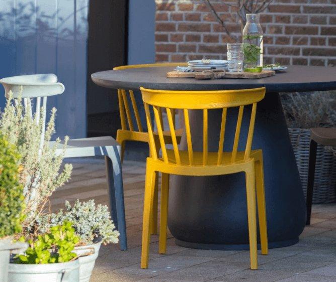 Gele tuinstoelen in een vrolijke kleur