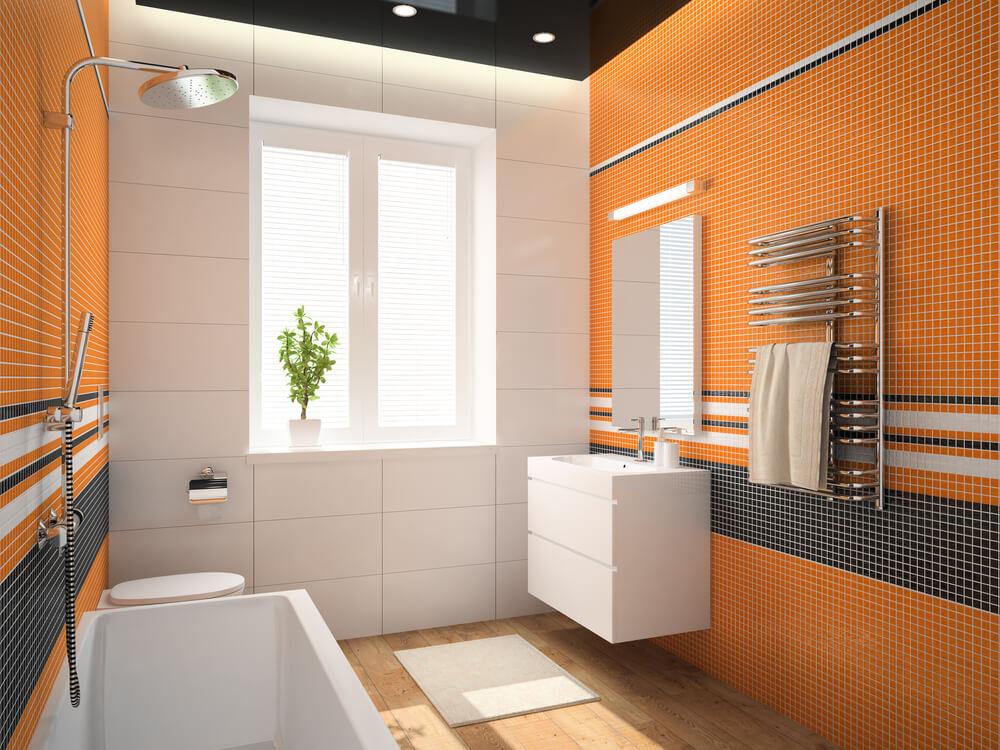 Een kleurrijke badkamer met een oranje muur