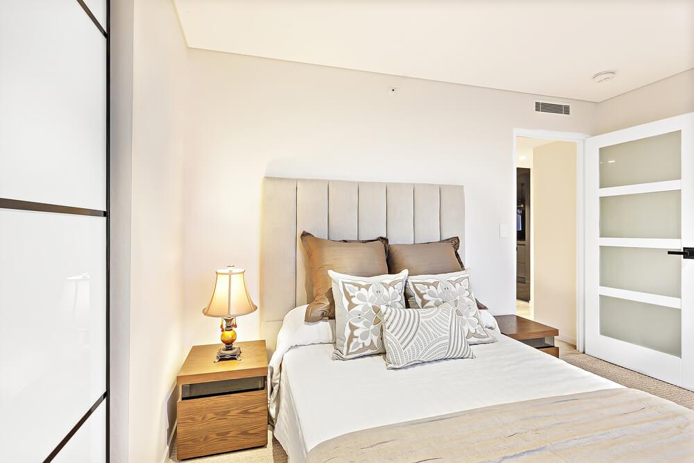 Hoe richt je een kleine slaapkamer in? Tips voor het juiste kleurgebruik!
