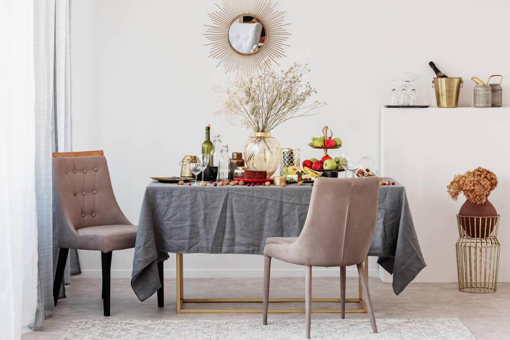 Gedroogde bloemen in glas op de eettafel - en meer stralende voorbeelden