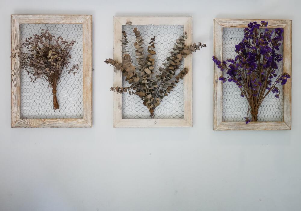 Gedroogde bloemen aan de muur - van DIY tot een gedroogde bloemenkrans