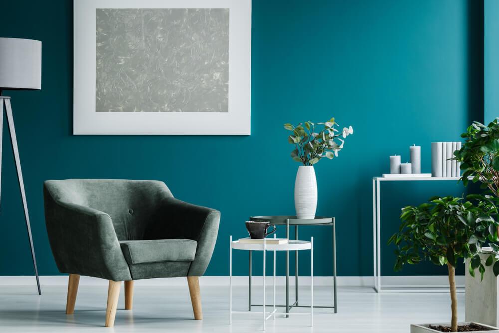 Een lichte vloer en een donkere muur in huis: een krachtige combinatie!