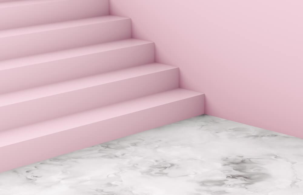 Uniek: een trap in de hal in pastelroze