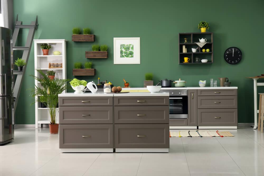 Een groene muur in de keuken: durf uit te pakken!