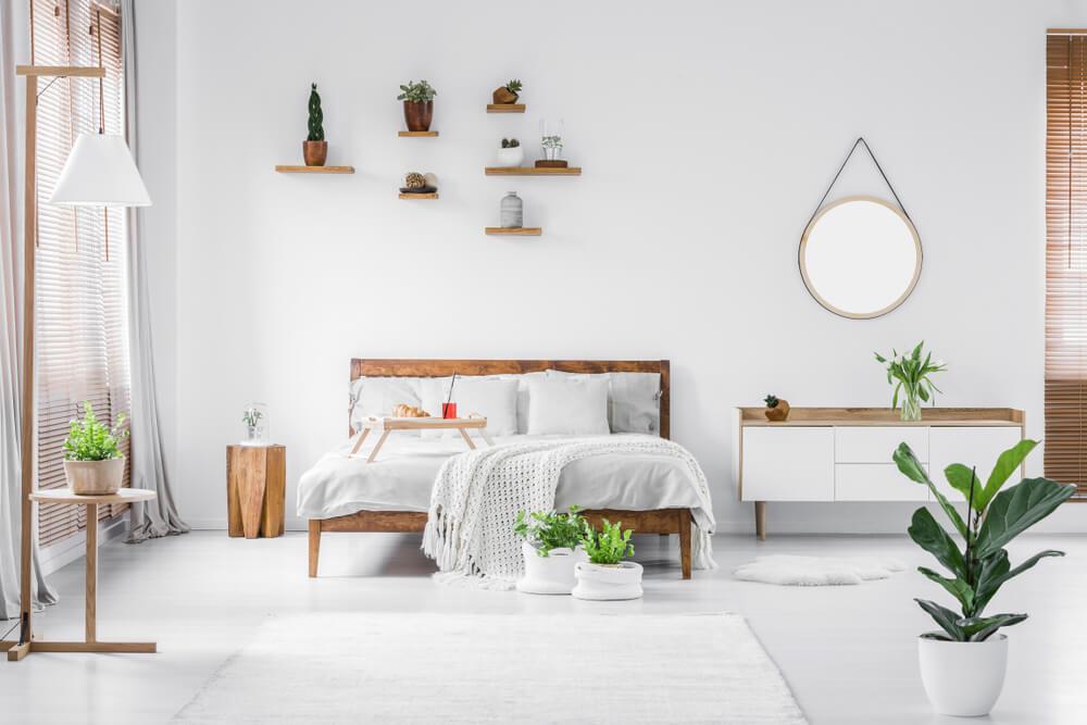 Wandplanken als decoratie bij het bed