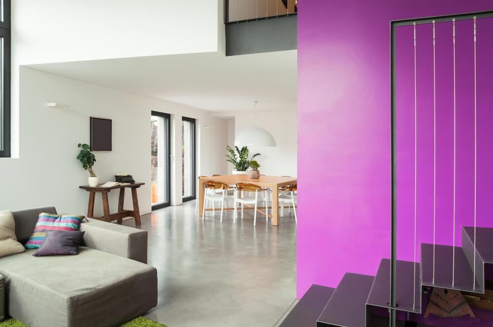 Een opvallende kleur op de trap in huis