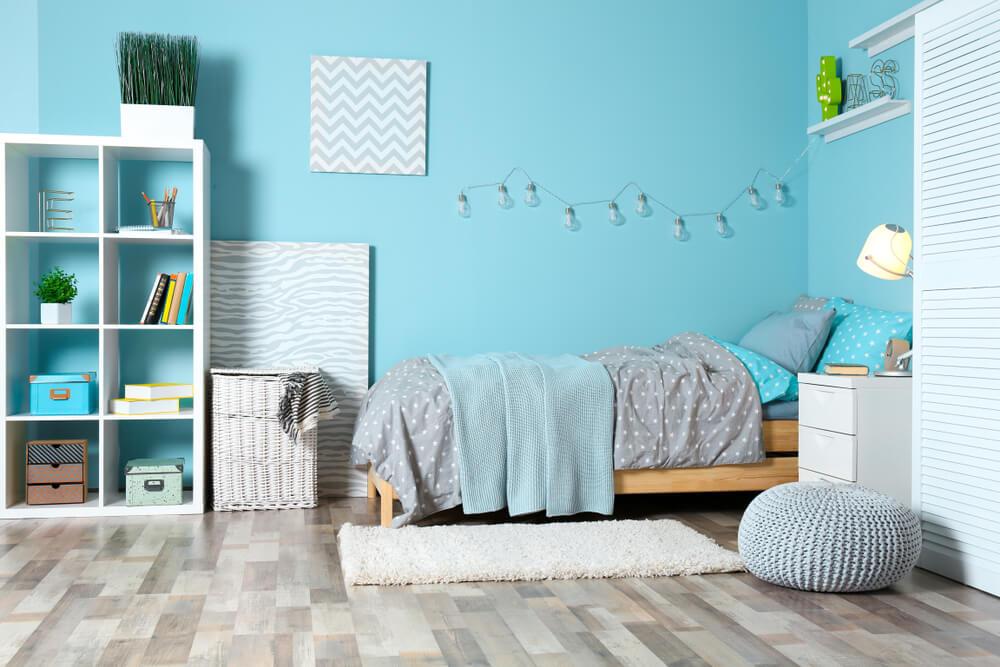 Een lichtslinger boven het bed: mooi en praktisch!