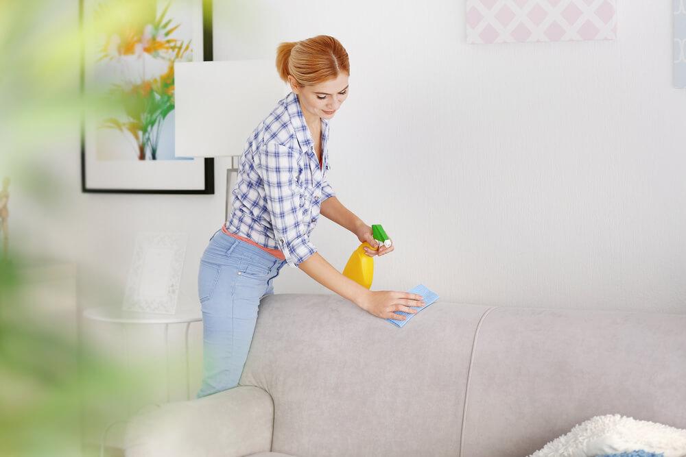Een stoffen bank schoonmaken: zo pak je het slim aan