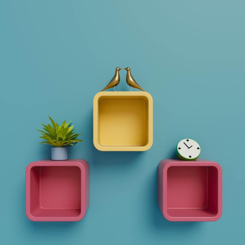 Planken aan de muur minder saai maken: 4 handige tips