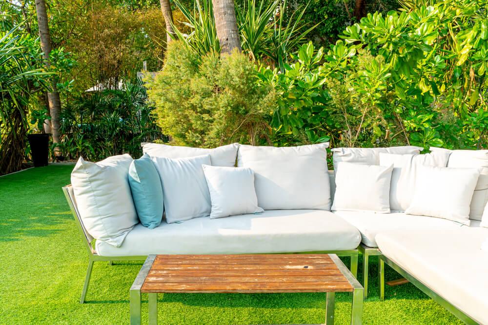 Tuinkussens in de tuin: kun je die 's zomers buiten laten liggen?