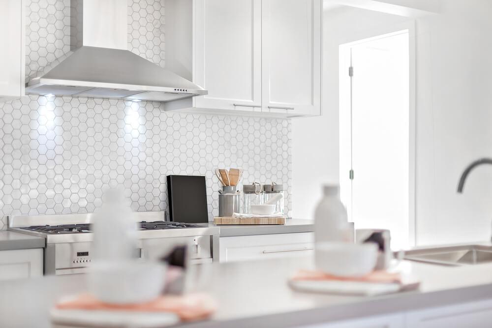 Een zomerse keuken met tegels of behang van bijen of een honingraat