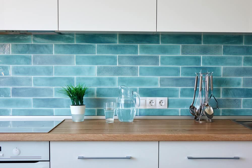 Een keukenwand met gekleurde tegels