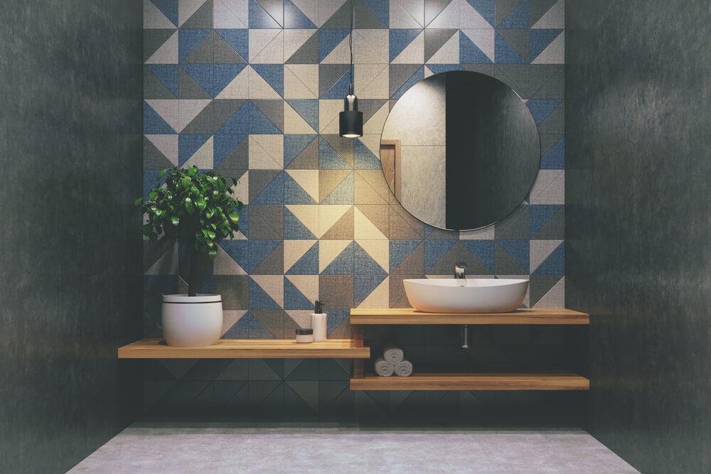 De badkamer gezellig maken: unieke tegels aan de muur
