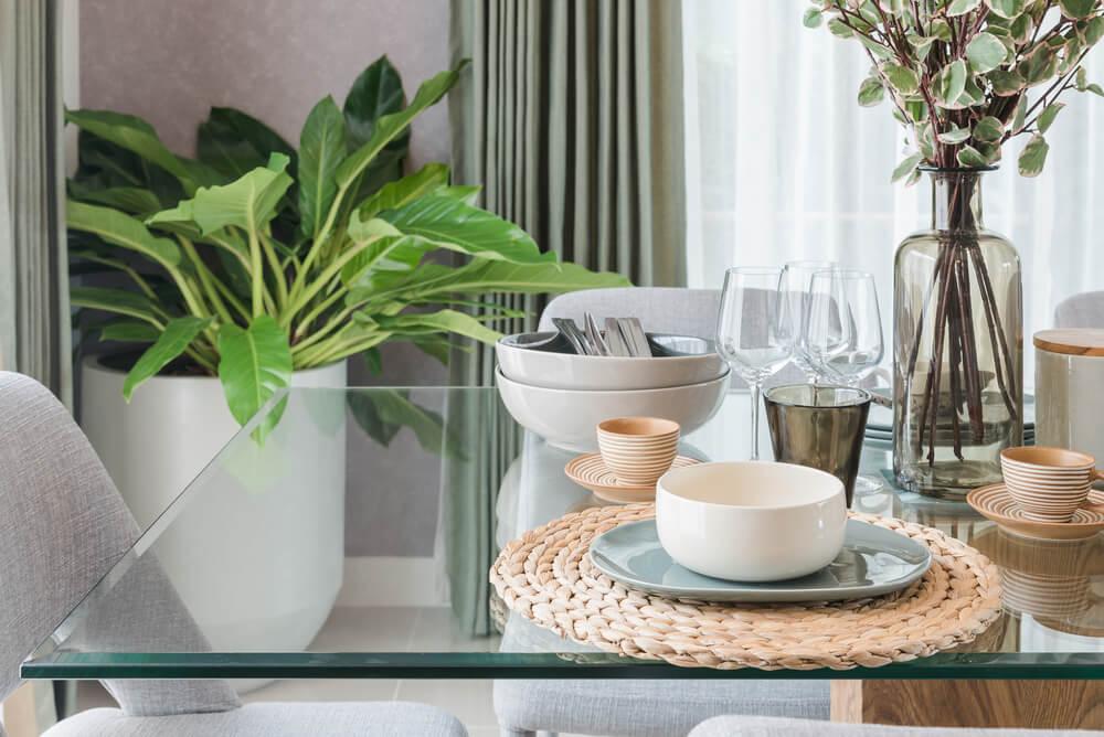 Dit zijn de voor- en nadelen van een hippe glazen tafel in huis