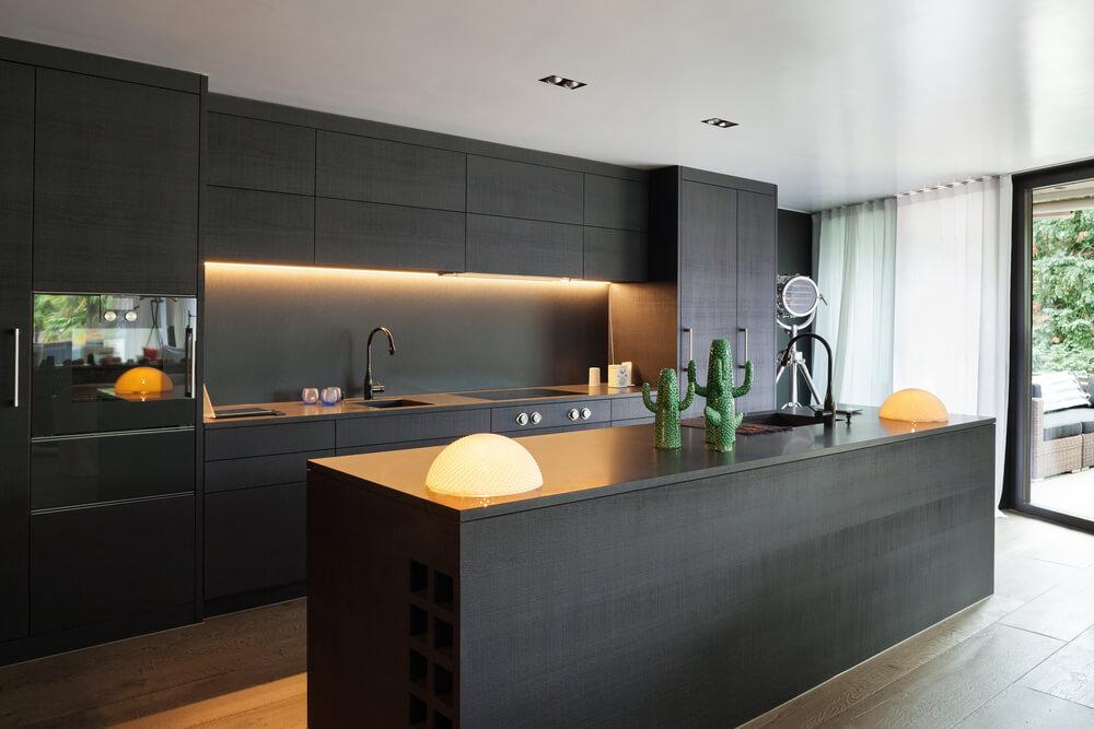 Een strakke en stoere zwarte keuken: de mooiste trendy voorbeelden
