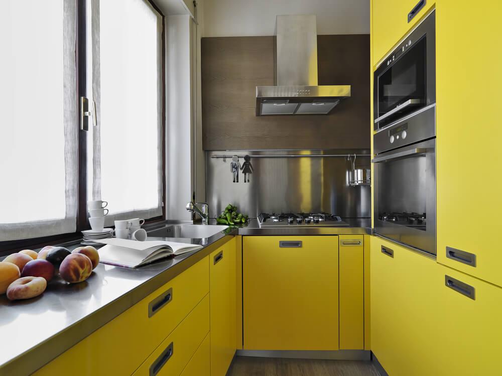 Een kleine gele keuken