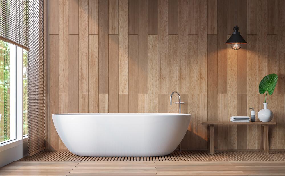 Badkamer met hout aan de muur