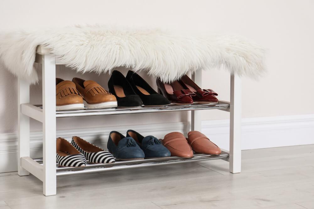 Een bankje in de hal met schoenen opbergsysteem