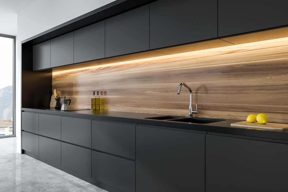 Keuken in het zwart met hout