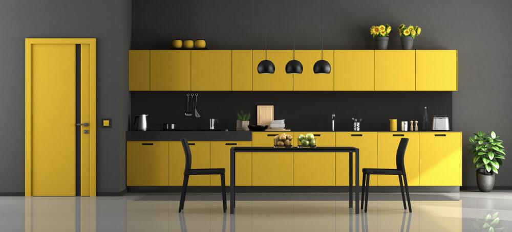 Geel in de keuken met zwart